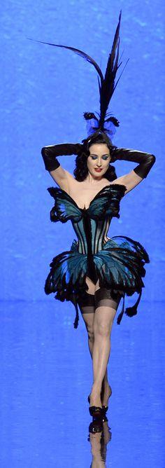 À l'occasion du plus récent défilé haute couture de Jean-Paul Gaultier, Dita von Teese a clôturé l'événement dans une robe papillon qui démontrait une fois de plus la fascination de Gaultier pour le corset.