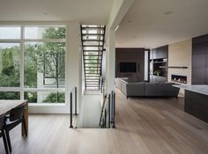 Great use of a side courtyard to bring light into every room in the house.  Without it there would be very few - to no side windows.  Open stair risers and glass railings allow light to flow. Westboro Home / Kariouk Associates