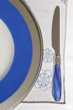 Faca em prata com cabo azul, um charme que adoramos nesta produção!
