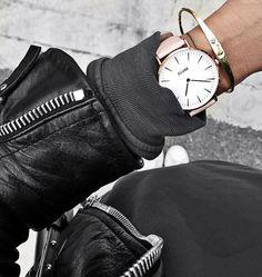 Le mix parfait : une veste en cuir + un sweat noir + des baskets blanches +une jolie montre ! Un look casual et rock à adopter sans aucune hésitation !