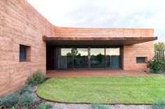 """Eco-friendly """"Great Wall of Australia"""" Naturally Protects Residents from Sweltering Outback Heat - My Modern Met"""