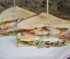 Sandwich de tres pisos: Sandwich vegetal y sandwich de pollo