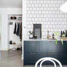 Mörkblå P1 luckor med bänkskiva i Carraramarmor 👌 #pickyliving #p1 #marmor #biancocarrara #mässing #köksluckor #blå #märkblå #ncs #darkblue #blue #kakel #tile #kök #köksrenovering #köksinspiration #kitcheninterior #kitcheninterior #kitcheninspiration #inspirationinterior #decor #interior #interiör #decor Kitchen Colors, Green Kitchen, Kitchen Decor, Kitchen Design, Kitchen Ideas, Kitchen Renovation Inspiration, White Kitchen Cabinets, Kitchen Countertops, Blue Bath