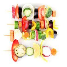 Vegetais devem ser a base de qualquer dieta. Que tal preparar Espetinhos como estes?