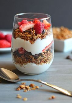 50 Easy to Make Breakfast Recipes – Chocolate Chocolate and More! 50 Easy to Make Breakfast Recipes: Healthy Homemade Granola Parfait Granola Parfait, Easy To Make Breakfast, High Protein Breakfast, Breakfast Parfait, Breakfast Healthy, Healthy Brunch, Brunch Food, Yogurt Breakfast, Sunday Brunch