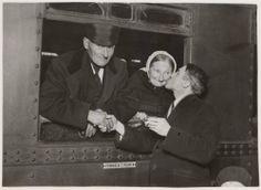 Centraal Station Het echtpaar Zoet uit Elburg op weg naar Amerika. 1930 Collectie Stadsarchief Amsterdam #Gelderland #Veluwe #Elburg