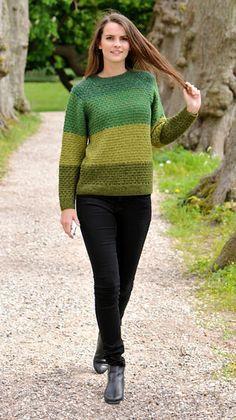 Fire, flotte farver i brede, strukturstrikkede striber gør denne strikket sweater til et særligt pragtstykke. Knitting Wool, Sweater Knitting Patterns, Knit Patterns, Hand Knitting, Hand Knitted Sweaters, Crochet Clothes, Diy Fashion, Knit Dress, Knitwear