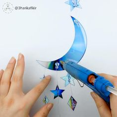Decorate your bedroom with shining stars and moon made from old CDs. The kids will love it! Diy Room Decor Videos, Diy Crafts For Home Decor, Diy Crafts Hacks, Diy Crafts For Gifts, Diy Wall Decor, Diy Bedroom Decor, Diy Crafts With Cds, Diy With Cds, Diys