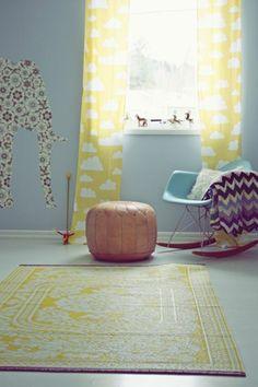 quels rideaux voilage enfant choisir pour la chambre fille avec un tapis jaune et chaise boule