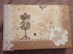 Caixa em MDF tampa decorada com scrapbook e com apliques, corpo da caixa laqueada, dentro toda flocada com 12 divisórias para relógios ou bijuterias. <br> <br>Altura: 10.00 cm <br>Largura: 20.00 cm <br>Comprimento: 45.00 cm