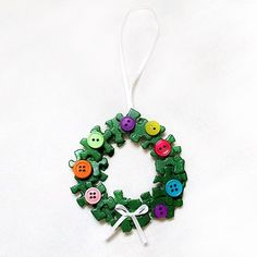 Puzzle Wreath Ornament  A great way to use those old puzzles with all the missing pieces.