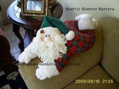 Papa Noel acostado Christmas Deco, Christmas Projects, Handmade Christmas, Xmas, Christmas Ornaments, Mosaic, Projects To Try, Santa, Teddy Bear