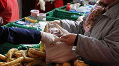 Der Andrang bei den Tafeln wird größer. Auch Studenten und Geringverdiener sind zunehmend auf die günstigen Lebensmittel angewiesen. Vom Staat fühlen sich die Organisatoren im Stich gelassen.