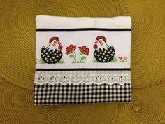 Pano de prato feito de sacaria com detalhes em tecido de algodão xadrez.    Barra bordada em ponto cruz R$ 15,00