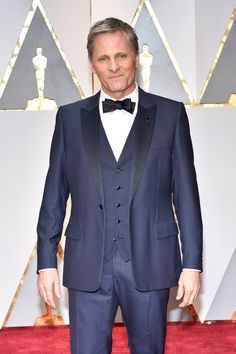 Viggo Mortensen arrives in Dior on the Oscars red carpet for the 89th Academy Awards.
