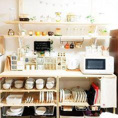 女性で、Otherのホーローポット/キッチンスケール/IG↬mio.life/Instagramやってます/いつもいいねをありがとうございます♡…などについてのインテリア実例を紹介。「これでやっとこ、食器や セリアの雑貨やリメイクしたものなどの 配置が落ち着きました(◌´╰╯`◌) 実はディアウォール設置した翌日、あの日 どーしてもディアウォールの柱の間隔が 気に入らず、一人でまた棚とネジを外して もう一度設置しなおしたのでした(笑) 満足いく出来上がりで嬉しい♡ さらにいいねたくさん頂けて嬉しい♡ さらに旦那さんや子供たちが褒めてくれて、 LINEやTwitterに紹介してくれたりで嬉しい♡ と、なんだかんだ嬉しい事だらけでした! 頑張った甲斐がありました( ˘̥̥̥̥̥ ᵕ ˘̥̥̥̥̥ )♡」(この写真は 2015-08-28 11:03:58 に共有されました)