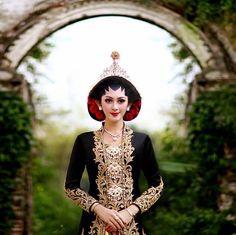 Kebaya Wedding, Muslimah Wedding Dress, Javanese Wedding, Indonesian Wedding, Traditional Wedding, Traditional Dresses, Royal Wedding Gowns, Wedding Costumes, Pre Wedding Photoshoot