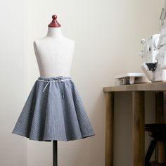サーキュラースカートといえば、美しいドレープが印象的ですよね。イメージ通りのシルエットを作るには、「ほどよくハリのある布地」を選ぶのがポイント!コットンやリネンなど、適度なハリとしなやかさがある生地がおすすめです。