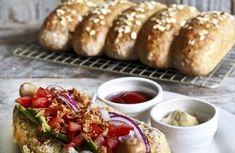 Prøv disse kjempegode eltefrie pølsebrødene fra kokeboken til Ina Janine Johnsen. Dette er en halvgrove pølsebrød med rugmel og havregryn som metter godt. Brot