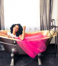 How fabulous is Kelis' gold embellished tub?!