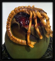 side view of the facehugger cake. Everything is edible. Crazy Cakes, Star Wars Party, 3d Cakes, Cupcake Cakes, Alien Cake, Horror Cake, Alien Party, Funny Cake, Birthday Fun