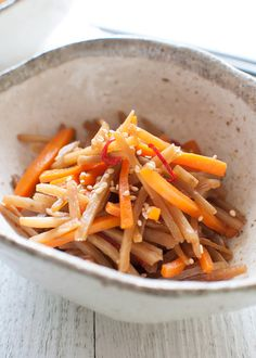 A typical Japanese home cooking dish, Braised Burdock (Kinpira Gobō) is a vegetable side dish. Burdock root and carrot are cut into matchsticks and cooked in a slightly sweet soy sauce. It is very fast to make and can be made ahead of time. Thai Cooking, Cooking Dishes, Cooking Chef, Cooking Pasta, Vegetable Chips, Vegetable Side Dishes, Healthy Asian Recipes, Gourmet Recipes, Vietnamese Recipes