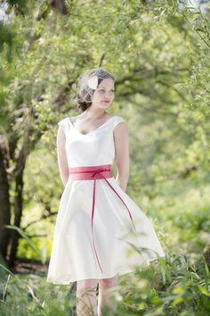 knielanges hochzeitskleid mit schwingendem rock und rosa- rotem gürtel mit schleife und bändern zum binden, v- ausschnitt mit breiten trägern und headpiece mit schleife und netz in ivory