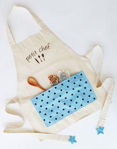Guga Gourmet    Avental em tecido Cru, com bolsão na frente. Estampa no corpo do avental Petit Chef. Acompanha Receita de bolo, confeitos e mini colher de pau.