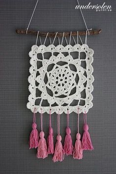 Dreaming of Granny Dreamcatcher : Dreaming of Granny Dreamcatcher Crochet Wall Art, Crochet Wall Hangings, Crochet Diy, Tapestry Crochet, Crochet Home, Crochet Granny, Crochet Stitches, Crochet Mandala Pattern, Crochet Patterns
