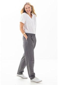Deze jumpsuit is gemaakt van twee verschillende stoffen en lijkt daardoor op een losse blouse met broek. Het bovenstuk met blinde knoopsluiting en borstzak is met rimpeltjes aan de smal toelopende broek vastgezet.