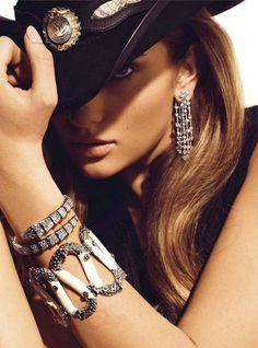 Sparkly accessories & a western hat Cowgirls & Western Wear Sexy Cowgirl, Cowgirl Chic, Style Cowgirl, Cowgirl Mode, Cowboy And Cowgirl, Cowboy Hats, Cowgirl Fashion, Cowgirl Bling, Texas Fashion