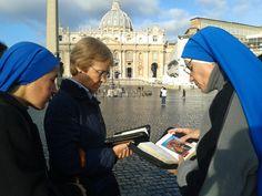 Encontrar el momento para rezar. Dos monjas y una laica, provinentes de un convento de clausura argentino, rezan delante de la  Basílica de San Pedro, a las 7.30 h, antes de entrar a la Misa Pro eligendo Pontifex, la eucaristia previa al cónclave.