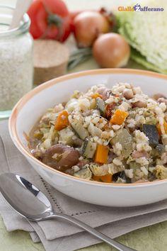 Il #minestrone alla milanese (vegetable soup Milanese style) è una minestra di #verdure ricca e sostanziosa che deriva dalla tradizione lombarda. #ricetta #GialloZafferano #italianfood #italianrecipe