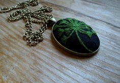 Medalion z dmuchawcem, medallion, pendant, haft ręczny, dandelion, hand embroidery, hand embroidered jewellery