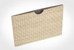 Conçu et fabriqué à Berlin par la compagnie .flxble, cette housse de protection d'iPad est faite en bambou, permettant une protection solide à l'extérieur, et d'un intérieur feutré en laine, permettant de protéger l'écran des éventuelles rayures qu'une tablette peut subir.