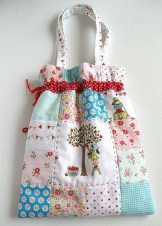 This would make a pretty good crafting bag.crochet, knitting or even hand patchwork/quilting or hand felty stitching.especially the drawstring top to prevent from losing small things if the bag falls over! Fabric Crafts, Sewing Crafts, Sewing Projects, Patchwork Bags, Quilted Bag, Patchwork Quilting, Quilts, Sewing Tutorials, Sewing Patterns