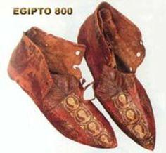 Este calzado se cree que era utilizado tanto por hombres como por mujeres durante el año 800 en Egipto.