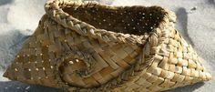 I love this flax basket Flax Weaving, Willow Weaving, Weaving Art, Basket Weaving, Big Basket, Basket Ideas, Maori Designs, Weaving Wall Hanging, Maori Art
