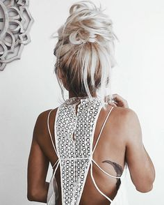 Summer Hairstyles : Create A Messy Top Knot Platinum Blonde Inspiration: Easy Styling Ideas To Try Messy Hairstyles, Pretty Hairstyles, Bangs Hairstyle, Daily Hairstyles, Summer Hairstyles, Hair Inspo, Hair Inspiration, Gorgeous Hair, Beautiful