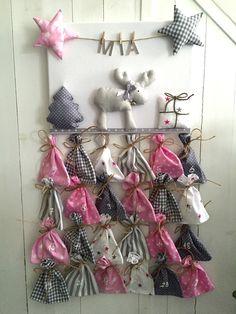 Individueller Adventskalender mit Wunschname, versandbereit. Fröhliches 3D-Weihnachtsbild, versehen mit Elch, Sternen, Geschenk und Tannenbaum, sowie einer Wäscheleine, an der der Name des...
