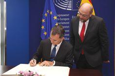 Su Majestad el Rey firma en el Libro de Honor del Parlamento Europeo Estrasburgo, 07.10.2015 European Council, European Parliament, Strasbourg, Day Planners, Book, Activities