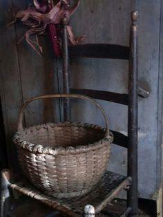 Nice shape, enhanced by the foot Old Wooden Chairs, Old Wicker, Old Baskets, Vintage Baskets, Primitive Furniture, Primitive Decor, Basket Weaving, Hand Weaving, Primitive Gatherings