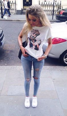 The go-to for relaxed casual style? A white print crew-neck t-shirt with blue ripped skinny jeans. Add white plimsolls to the equation and the whole outfit will come together. Fashion Mode, Fashion Killa, Look Fashion, Teen Fashion, Fashion Outfits, Fashion Trends, Fashion 2018, Fashion Pants, Fashion Clothes