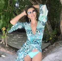 In addition to designing her own swimsuit collection, Elizabeth Hurley also models all the bikinis herself. Hugh Grant, Elizabeth Hurley Bikini, Elizabeth Jane, Elisabeth, Bikini Pictures, Fashion Tips For Women, Bikini Models, Fashion Dresses, Women's Fashion