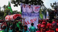 Dibandingkan Dengan Ahok Buruh Merasa Diberi Janji Palsu oleh Anies Sandi  Forumviral.com - Sebuah spanduk besar berisi kontrak politik antara buruh dengan Gubernur dan Wakil Gubernur DKI Jakarta Anies Baswedan dan Sandiaga Uno terpampang di depan gedung Balai Kota DKI Jakarta, Jumat (10/11/2017) kemarin.  #Ahok #KSPI #Jokowi #Sandi #Anies   Selengkapnya http://www.forumviral.com/2017/11/dibandingkan-dengan-ahok-buruh-merasa.html