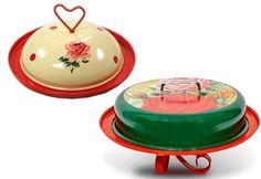Supercharmosas, a queijeira e a boleira da Rosamundo são feitas de metal esmaltado com estampa de flores vintage