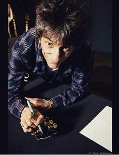 Ronnie Wood signing 50 new Gibson guitars