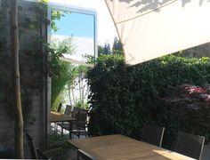 Een tuinspiegel kan uw tuin aanzienlijk groter laten lijken. Glasbestellen.nl verkoopt tuinspiegels op maat in diverse vormen. Benader ons voor advies!