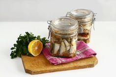 Conservă de pește în ulei picant, rețetă culinară. Cum se face conserva de pește în ulei. Conservă de casă din pește-sardine-în ulei picant, rețetă pas cu pas. Sardinia, Mason Jars, Food And Drink, Tasty, Vegetables, Recipes, Cakes, Preserve, Fine Dining