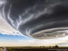 - Vieja , cerra la ventana !  Parece que viene tormenta ! - . . .  @swami1951